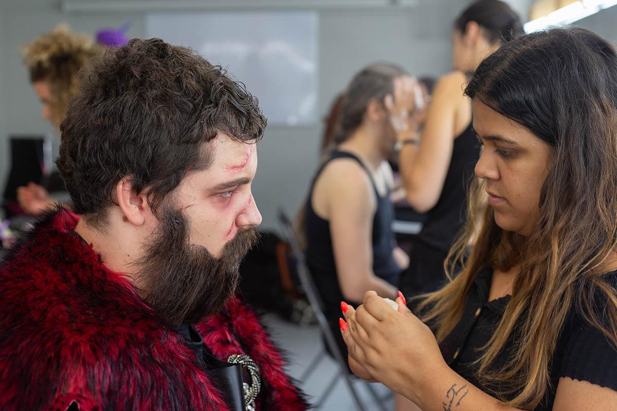 Cómo fabricar un bigote postizo